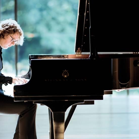 PIANO BIËNNALE: Soloduiveldans